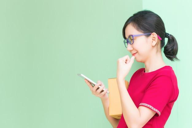 Femme d'affaires jeune travaillant avec téléphone portable achats en ligne au bureau à domicile