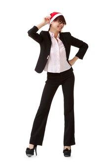 Femme d'affaires joyeuse portant un chapeau de noël.