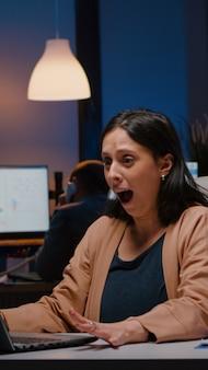 Une femme d'affaires joyeuse et prospère aime recevoir de bonnes nouvelles pour gagner un travail commercial