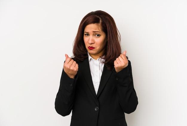 Femme d'affaires latine d'âge moyen isolée montrant qu'elle n'a pas d'argent.