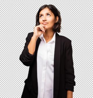 Femme d'affaires latine pensant