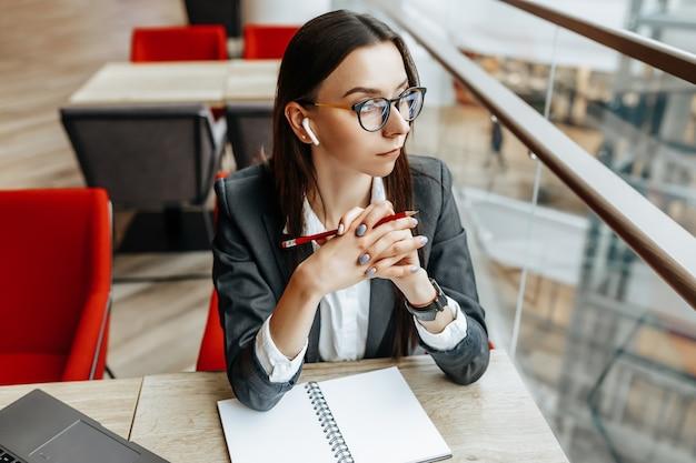 Femme d'affaires sur le lieu de travail assis à la table. gestionnaire au bureau.