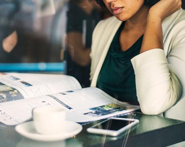 Femme d'affaires lisant les nouvelles quotidiennes