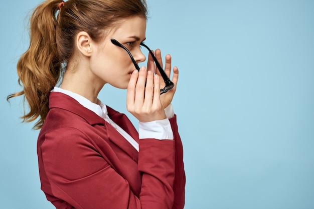 Femme d'affaires lunettes veste rouge style de vie confiance espace bleu.