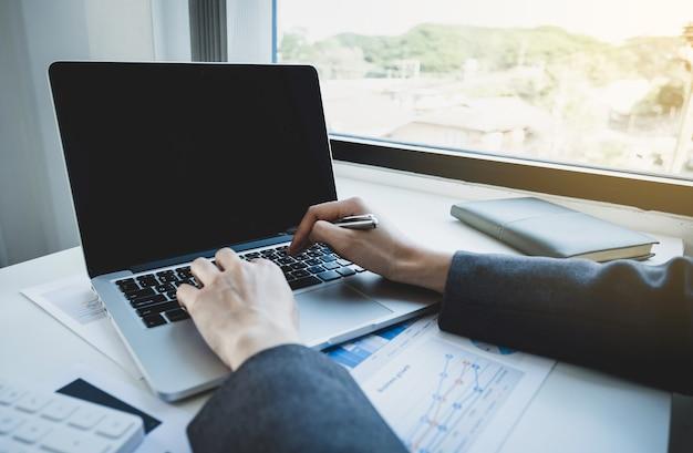 Femme affaires, mains, utilisation, ordinateur portable, analyse, graphique