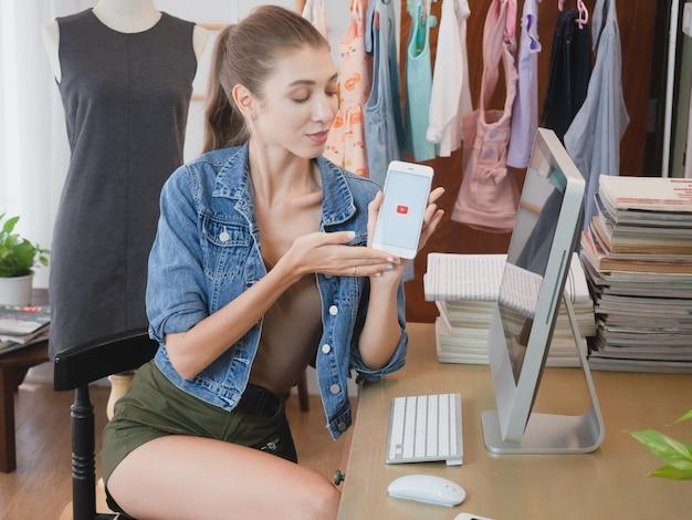 Femme, affaires, maison, téléphone, fille, vente, vêtements, en ligne, à, ordinateur