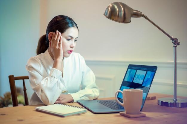 Femme d'affaires a mal à la tête dans son bureau