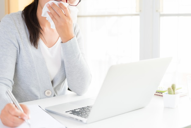 Femme d'affaires malade au bureau, concept de soins de santé et médical.