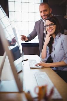Femme affaires, mâle, collègue, ordinateur, bureau