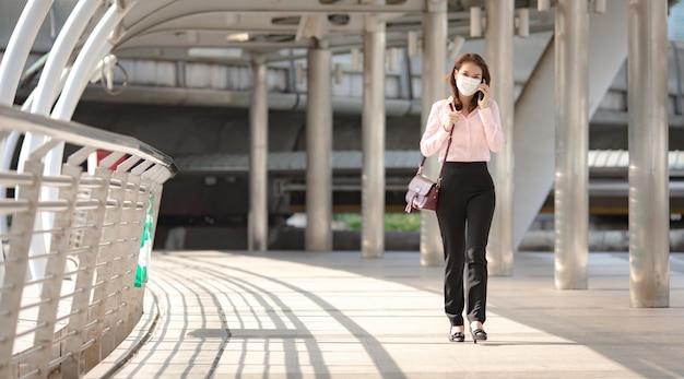 Femme d'affaires marchant au bureau dans la grande ville.