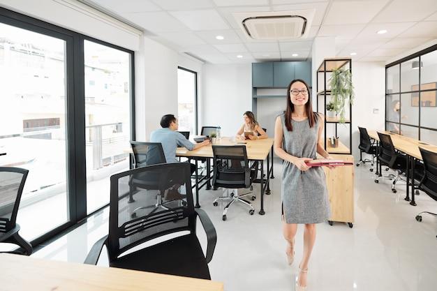 Femme affaires, marche, à, elle, bureau