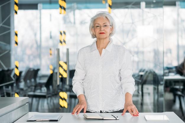 Femme d'affaires mature et prospère. autonomisation des femmes