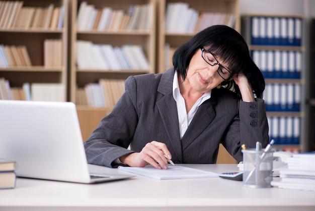 Femme d'affaires mature travaillant au bureau