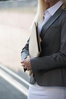 Femme d'affaires méconnaissable tenant des rapports