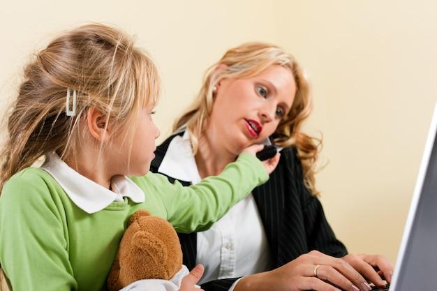 Femme d'affaires et mère ne peuvent pas tout prendre
