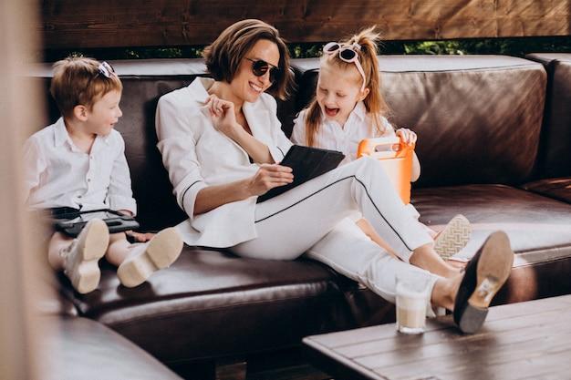 Femme d'affaires mère travaillant à domicile avec des enfants
