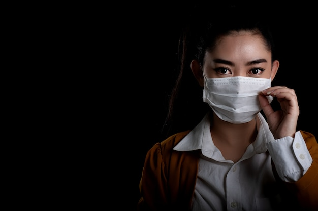 Femme affaires, mettre, respirateur, n95, masque