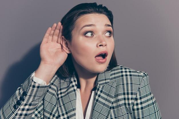 Femme d'affaires à la mode portant un blazer à carreaux posant à l'intérieur