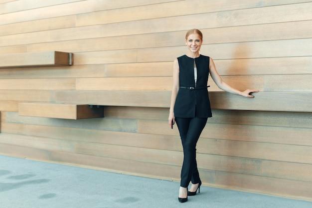 Femme d'affaires moderne au bureau