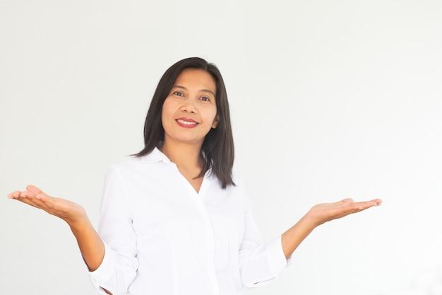 Femme d'affaires moderne en chemise blanche sur fond blanc