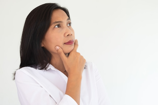 Femme d'affaires moderne en chemise blanche sentez-vous le doute ou imaginez quelque chose