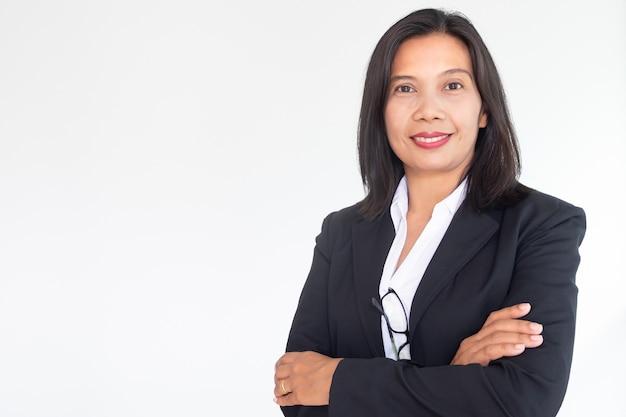 Femme d'affaires moderne cross arm sur fond blanc