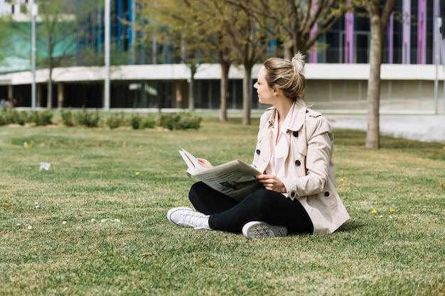 Femme d'affaires moderne se détendre dans le parc