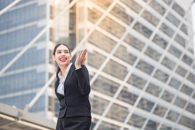 Femme d'affaires moderne souriante et heureuse