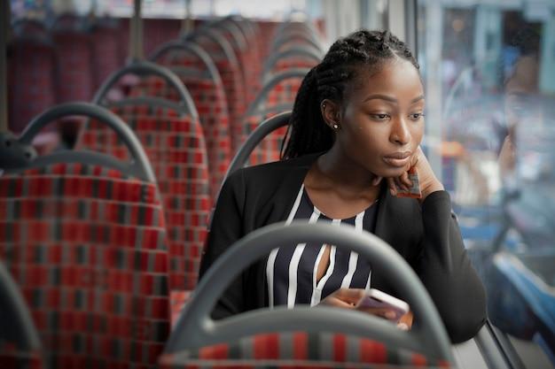 Femme d'affaires montant le bus pour travailler