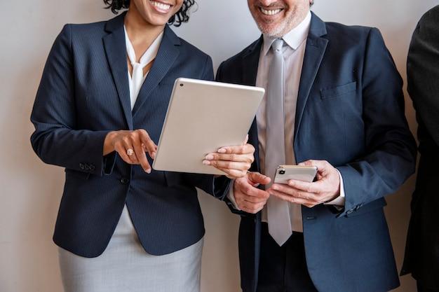 Femme d'affaires montrant un contenu en ligne à son collègue