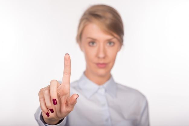 Femme d'affaires en montrant quelque chose ou touchant. bac blanc