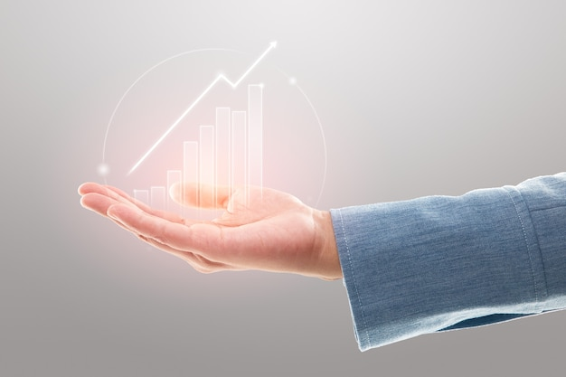 Une femme d'affaires montre une augmentation de la part de marché, une croissance de l'investissement dans les bénéfices