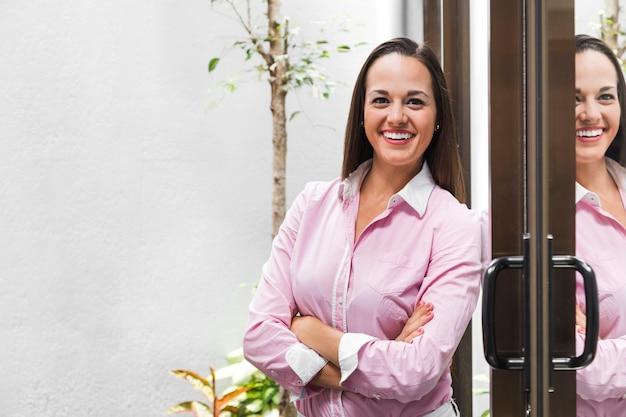 Femme d'affaires moyen coup à l'extérieur
