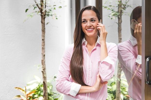 Femme d'affaires moyen coup parler au téléphone