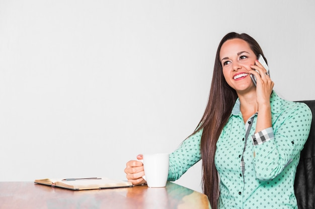 Femme d'affaires moyen tir à son bureau