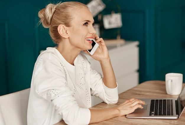 Femme d'affaires multitâche travaillant au bureau
