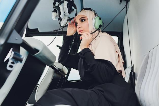 Femme d'affaires musulmane élégante sur un hélicoptère