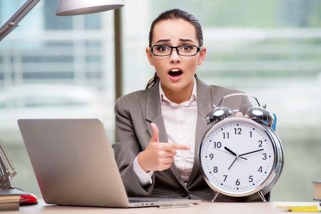 Femme d'affaires ne respectant pas les délais exigeants