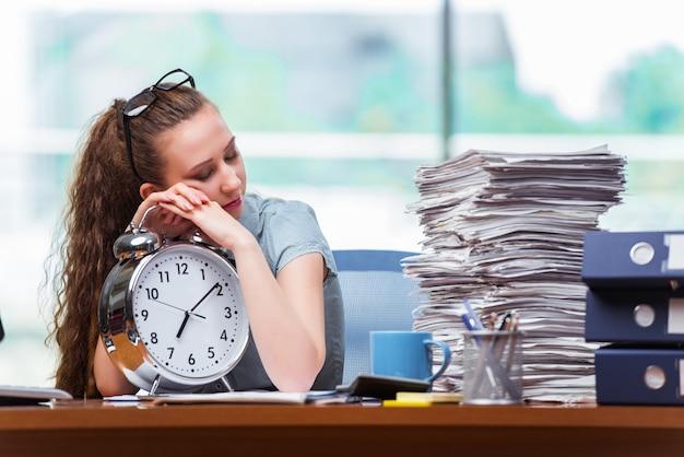 Femme d'affaires ne respectant pas ses délais