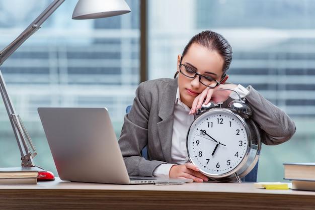 Femme d'affaires ne respecte pas ses délais dans le concept d'entreprise