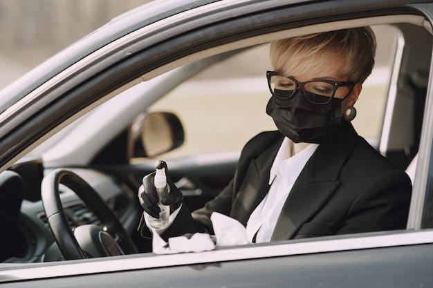 Femme affaires, noir, masque, séance, intérieur, voiture