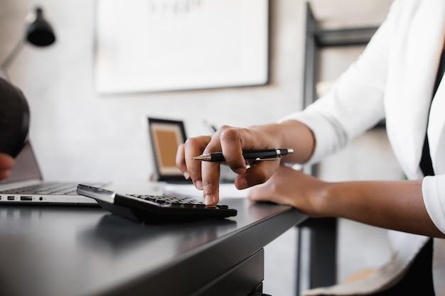 Femme d'affaires noire à l'aide d'un ordinateur portable pour analyser les données du marché boursier forex trading graphique bourse de négociation en ligne concept d'investissement financier close up
