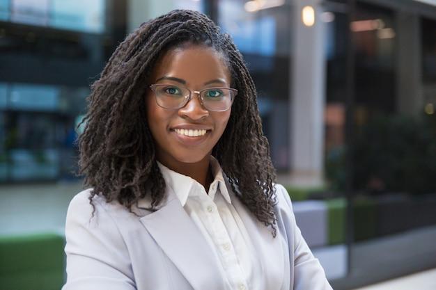 Femme d'affaires noire souriante