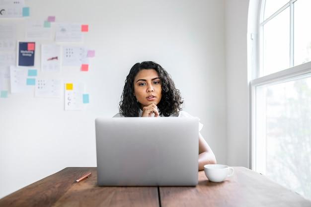 Femme d'affaires noire surprise à l'aide d'un ordinateur portable