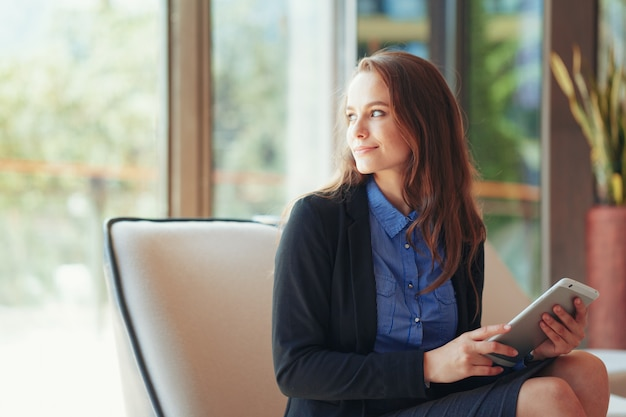 Femme affaires, numérique, tablette, bureau
