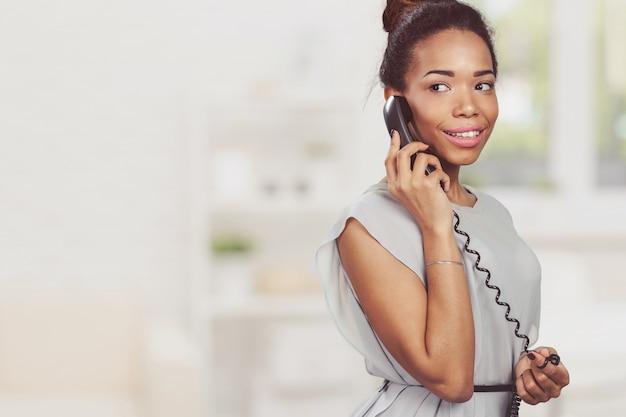 Femme d'affaires occasionnelle à l'aide de téléphone