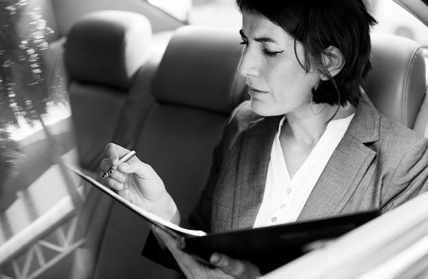 Femme affaires, occupé, voiture travail, à l'intérieur