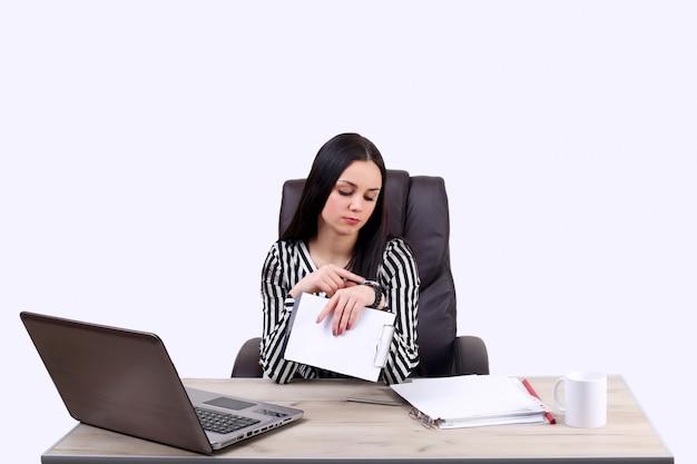 Femme d'affaires occupée, vérifier l'heure