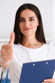 Femme d'affaires offre la main pour serrer la main comme bonjour en gros plan de bureau. service de soutien convivial aux entreprises sérieuses excellente introduction de perspectives ou remerciements geste gratitude inviter à participer concept