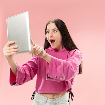 Femme d'affaires avec ordinateur portable. amour au concept informatique.
